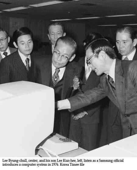 Ли Бён Чхоль и его сын Ли Кун-хее, слушают официальную инструкцию комьютерной системы в 1976 году.