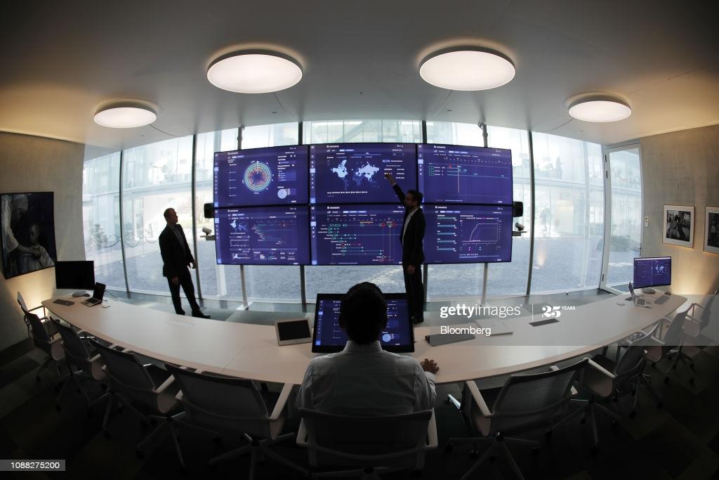 Сотрудники работают в высокотехнологичном командном центре Novartis AG.