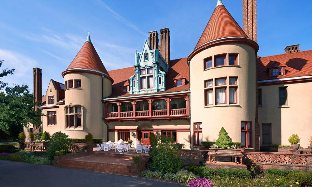 Coindre Hall, первоначально называвшийся West Neck Farm, представляет собой особняк площадью 80 000 квадратных футов (7400 м2) с 40 комнатами в стиле средневекового французского замка, построенный в 1912 году для фармацевтического магната Джорджа МакКессона Брауна.