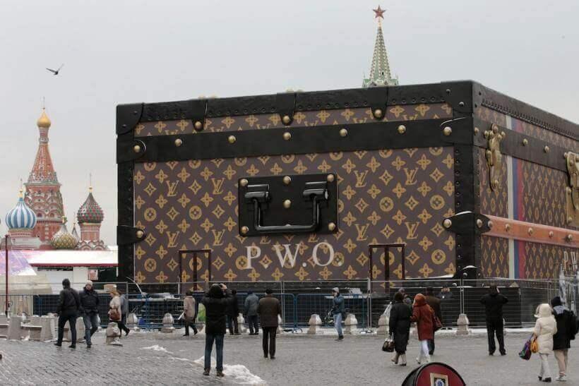 Огромный чемодан Louis Vuitton на Красной площади в 2013 году