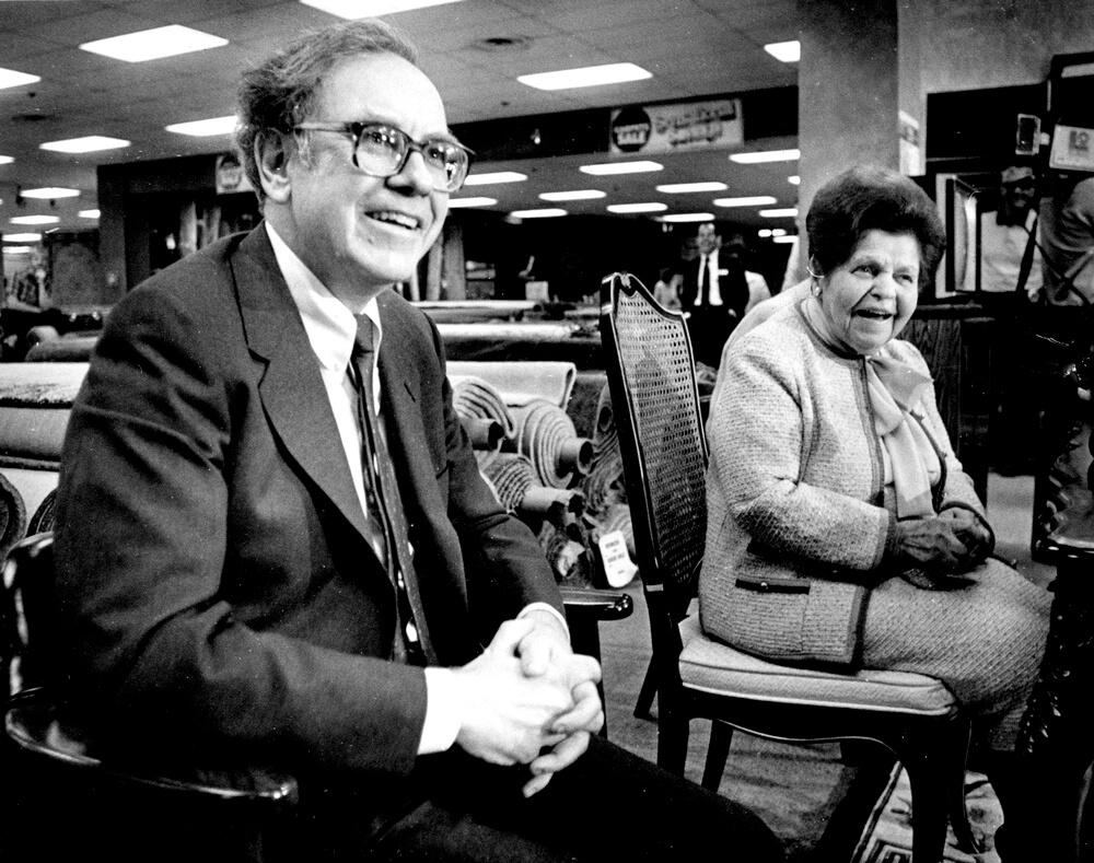 Уоррен Баффет и Роуз Блюмкин объявляют о продаже большей части мебельного магазина в Небраске компании Berkshire Hathaway в начале 1980-х годов.