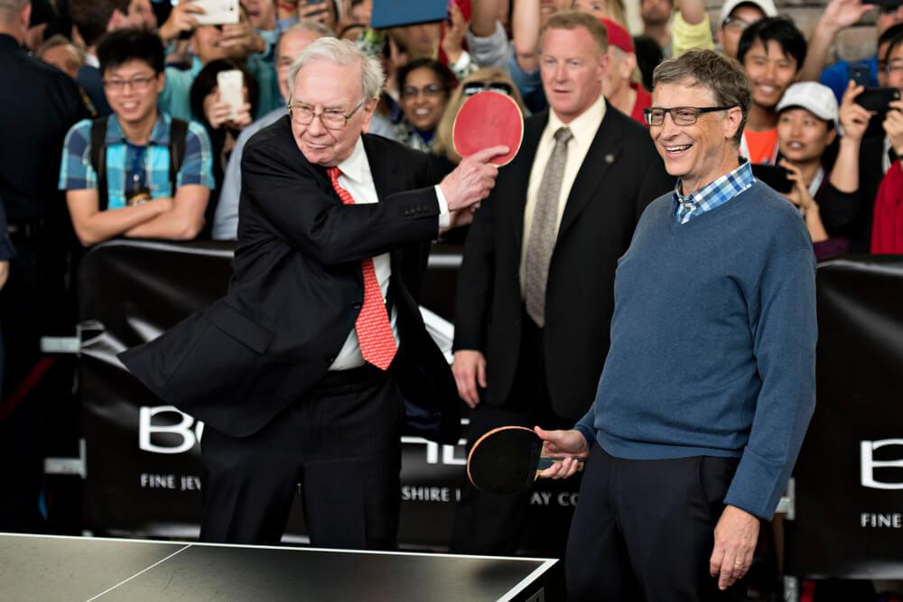 Уоррен Баффет и Билл Гейтс играют в настольный теннис