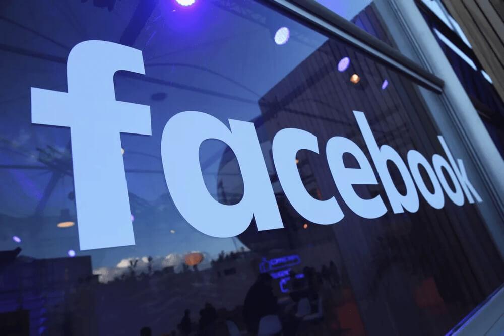 Логотип Фейсбук на стекле