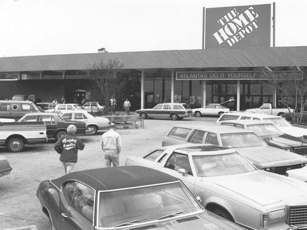 На фотографии первый магазин компании. Двери которого открылись в 1979 году в Алтанта
