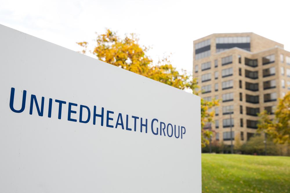Вывеска с логотипом возле штаб-квартиры UnitedHealth Group в Миннетонке, штат Миннесота, 25 октября 2015 г. Фото Кристоффера Трипплаара