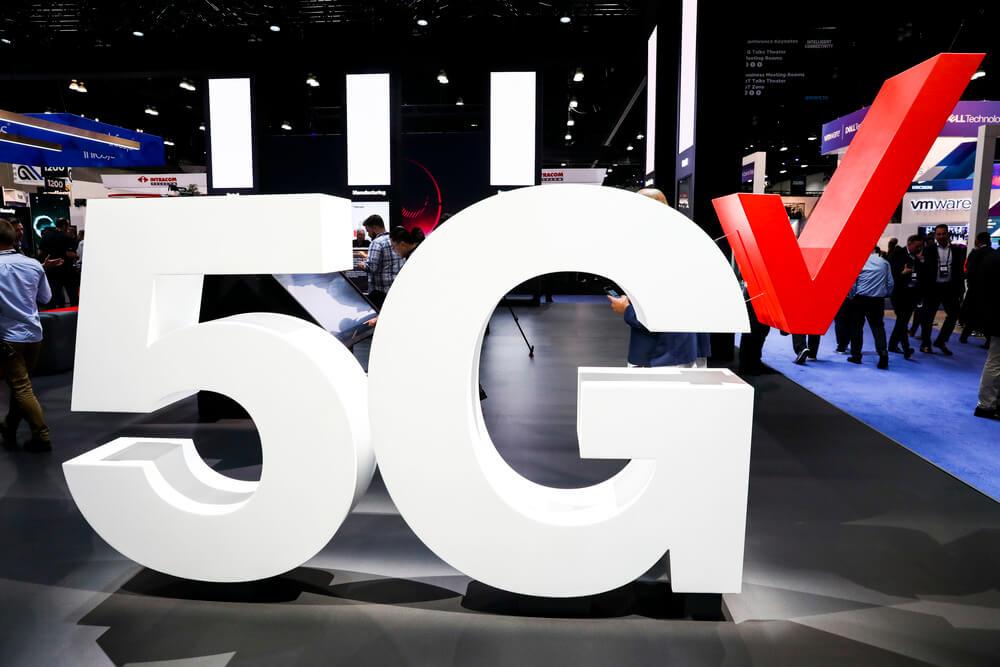 Вывеска Verizon 5G на стенде компании во время мероприятия Mobile World Congress Americas в Лос-Анджелесе. Фотограф Патрик Т. Фэллон Блумберг
