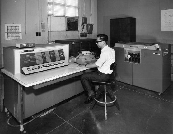 Земельное бюро Филиппин использует систему IBM 1620. 1620 была одной из самых компактных и портативных компьютерных систем IBM. Филиппины, 1966 г. (ibm.com)
