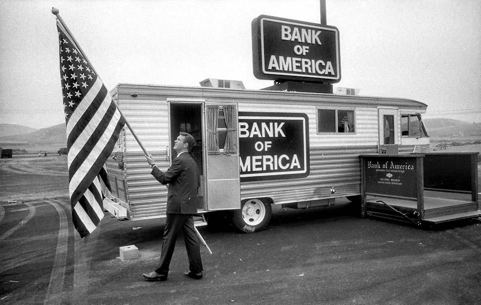 Bank of America буквально становится мобильным. Фотография 1967 года. Автомобиль был укомплектован привинченным к полу сейфом и тремя кассирами.