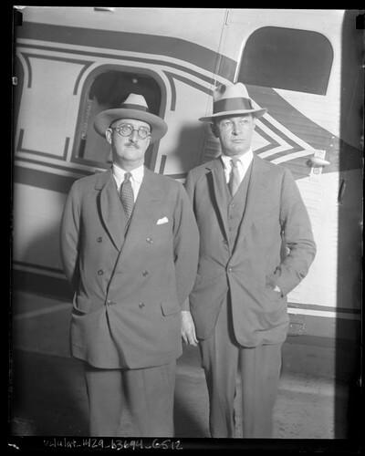 Уильям Э. Боинг и Фред Рентшлер стоят перед самолетом в 1929 г.
