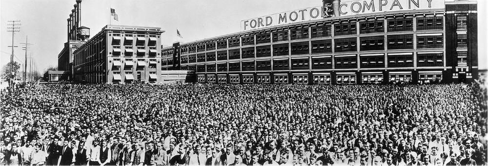 12 000 сотрудников компании Ford Motor. Детройт, штат Мичиган. Наибольшее количество сотрудников, когда-либо собиравшихся перед камерой.