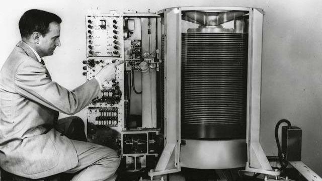 Первый жесткий диск IBM 1956 года.