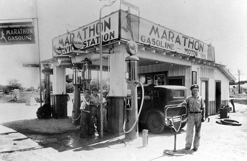 Заправочная станция Джорджа Престона на старом Линкольн-хайвэй в Белл-Плейн, штат Айова. Он открыл эту станцию в 1923 году. Сегодня она закрыта.