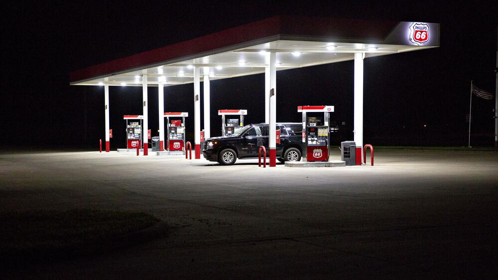 Заправочная станция Phillips 66 ночью