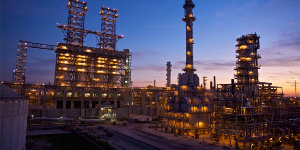 Нефтяной завод Phillips 66 ночью