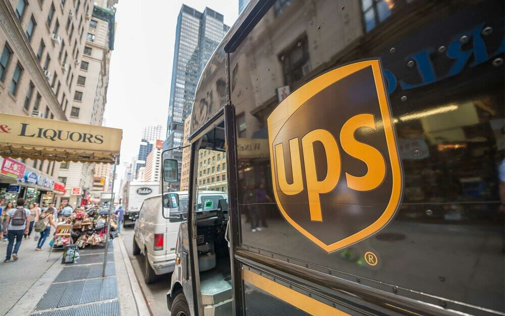Грузовик UPS в мегаполисе