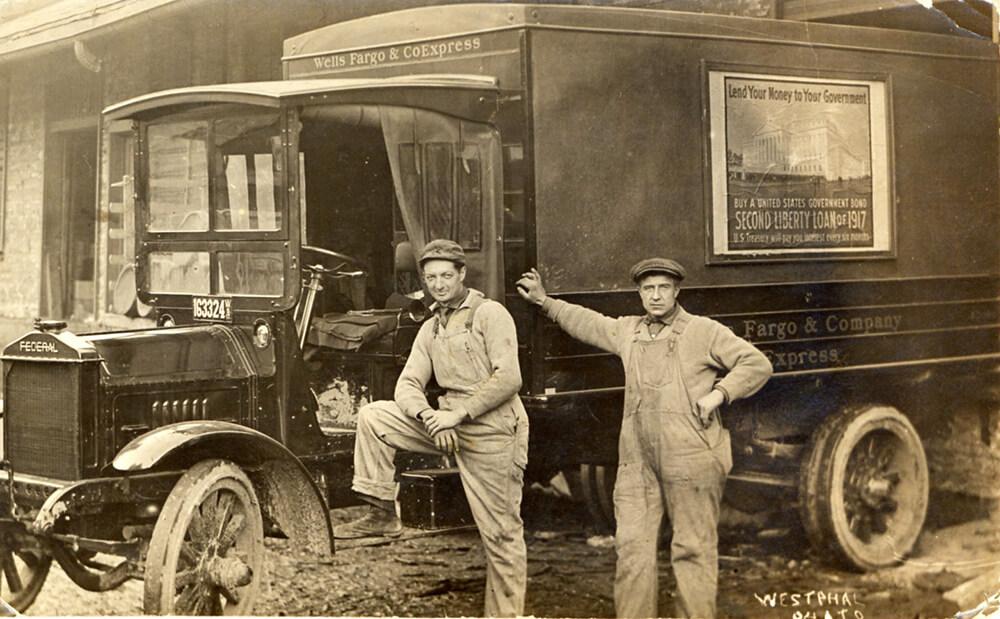 Рекламные баннеры на грузовиках-экспрессах Wells Fargo пропагандировали вторую ссуду свободы в 1917 году, призывая патриотически настроенных граждан поддержать военные действия Америки, покупая государственные облигации. / wellsfargohistory.com