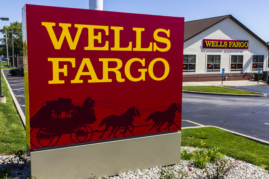 Обратите внимание на логотип. Под желтыми буквами Wells Fargo, карета с экипажем и лощадьми.