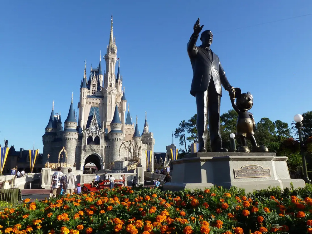Cinderella Castle - домашний сказочный замок Золушки и символ в центре двух тематических парков Диснея:
