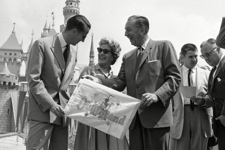 Для всех посетителей Диснейленд открылся 18 июля 1955 года, а накануне, 17 июля, состоялся так называемый «международный обзор для прессы», куда можно было попасть только по приглашениям.